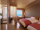 デラックスルーム洋室タイプ 【眺望風呂付】ベッドと猫足のバスタブが演出するお洒落な洋室です。